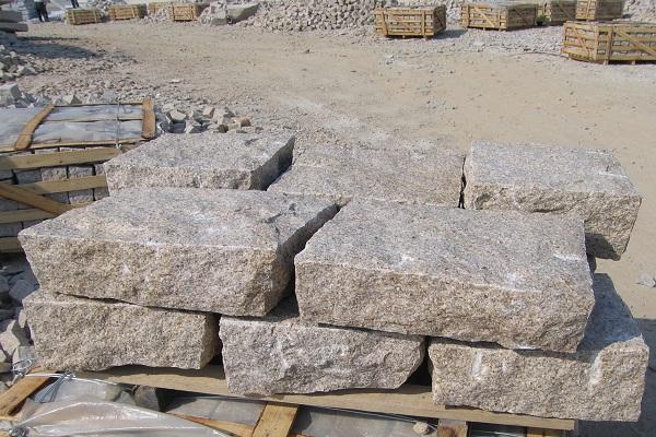 图10 锈石地铺石